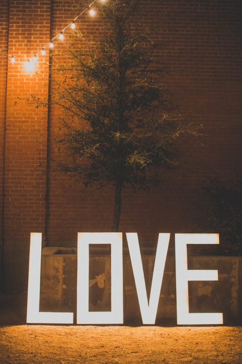 Giant-Illuminated-Love-Sign-for-Weddings